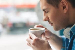 Mann genießt Espresso
